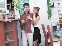 Сын менял лампочку и зашла мама порно