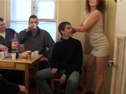 Русская женщина трахается с молодыми парнями