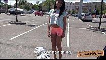 Брюнетка с аппетитными ножками, трахается в машине со своим парнем и стонет